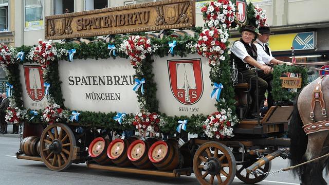 alegorický pivní vůz, Oktoberfest - foto: Romi