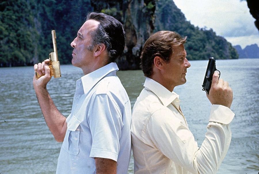 Muž se zlatou zbraní a agent 007 James Bond
